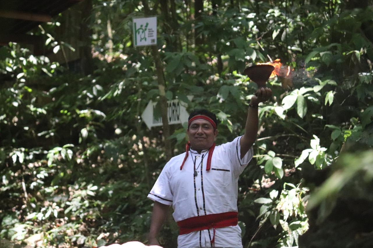 integrante de nanciyaga realizando un ritual